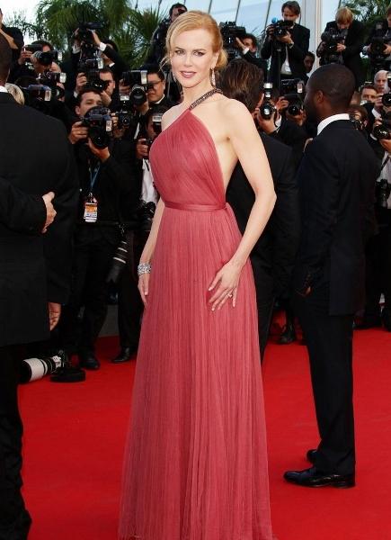 superba rochie din voal, raspberry-red, cu spatele complet gol si asimetrica